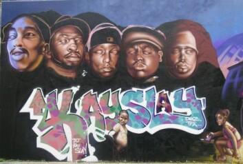 Fem døde hiphop-artister, formet etter Mount Rushmore monumentet. De er fra venstre: 2Pac, Jam Master Jay, Big L, Notorious BIG og Big Pun. Veggen er malt av the Ymi Crew. (Foto: Carl Petter Opsahl)