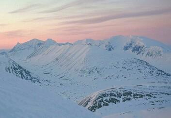 Fem norske soldater mistet livet på Kebnekaise i mars i fjor. Nå frykter svenske forskere at ulykken skal avsluttes med en miljøkatastrofe. (Foto: SiriusA/Wikimedia Creative Commons)