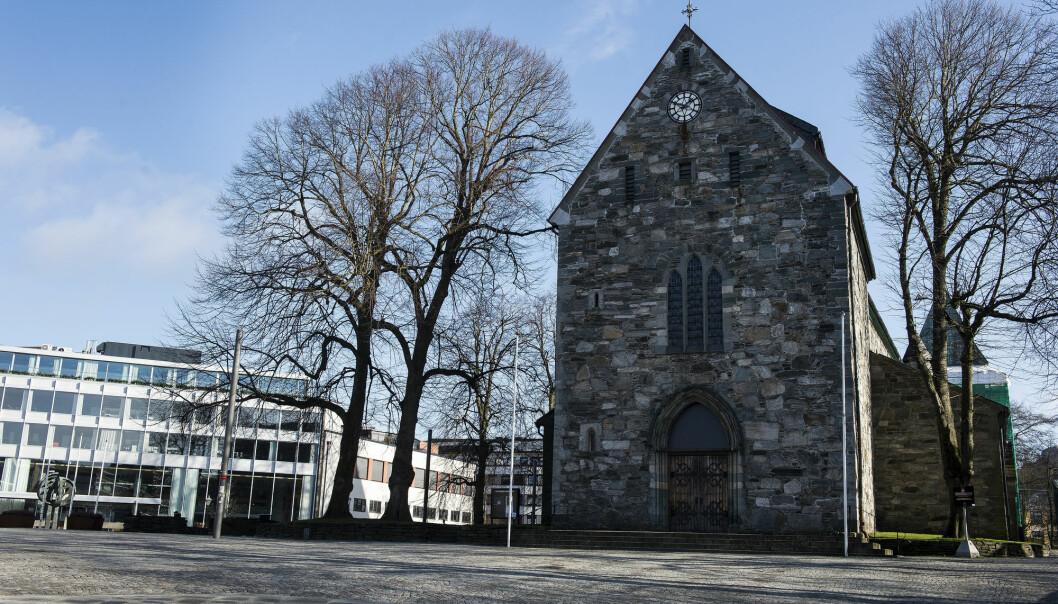 Arkeologer starter mandag en utgraving i Stavanger domkirke. De ønsker å få svar på temaer som kristningsprosessen av Norge og om oppkomsten av byer i tidlig middelalder.