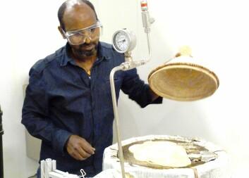 Idéhavar og oppfinnar Asfafaw Tesfay gjer forsøk på å lage den tradisjonelle etiopiske retten injera på solomnen han har laga. (Foto: Dag Håkon Haneberg)