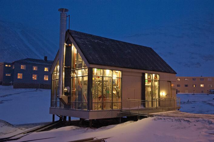 Det kullfyrte kraftverket produserer både strøm og varme til Longyearbyen – her ett av fyrhusene som vannet til fjernvarmen går gjennom, og som har oljekjeler som en ekstra sikkerhet. (Foto: Georg Mathisen)
