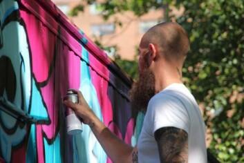 Graffitikunstneren BISHOP 203 i aksjon. (Foto: Carl Petter Opsahl)