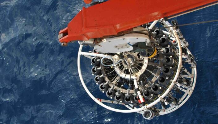 En CTD – brukt for å måle konduktans, temperatur og dybde – går med sine 24 flasker ned for første gang ved teststasjonen i Weddellhavet.