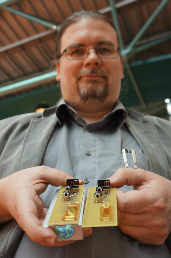 Professor Einar Halvorsen fra Høgskolen i Vestfold med to prototyper av energihøsteren. (Foto: Arnfinn Christensen)