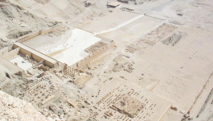 Flybilde av Deir el-Bahri, området der faraoen ble funnet. Her er det flere templer, og området kalles en nekropolis.