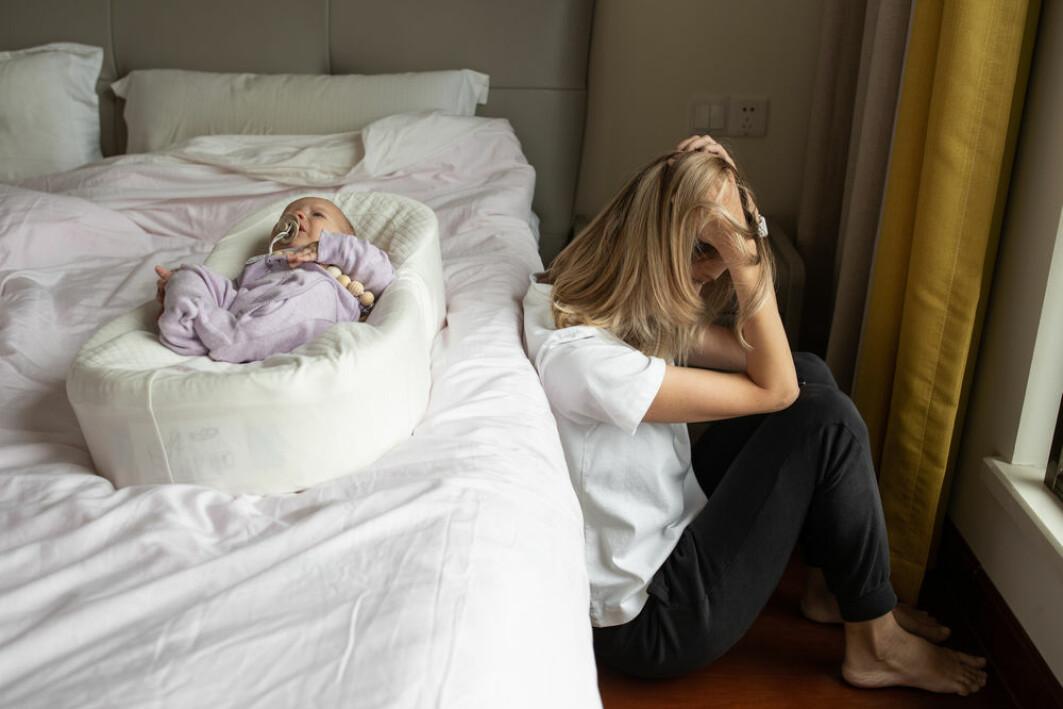 Når man får et barn, er det en forventning om at man bør være overlykkelig. Derfor er det vanskelig for foreldre å snakke om fødselsdepresjoner, og helsepersonell kan oppdage tegnene.