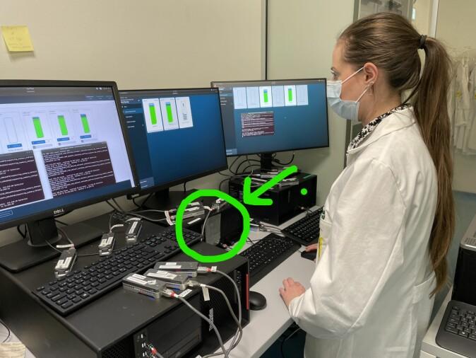 Trine Sørensen fra Albertsen Lab ved en datamaskin lappet med gaffatape (der pilen peker).