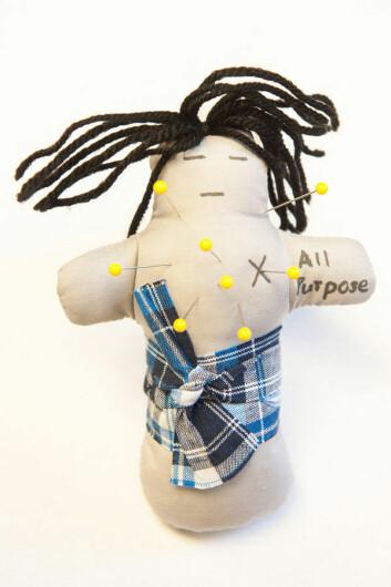 En av voodoo-dukkene som ble brukt i eksperimentet. Dukka representerer ektefellen til en av deltagerne i forsøket. (Foto: Jo McCulty, Ohio State University)