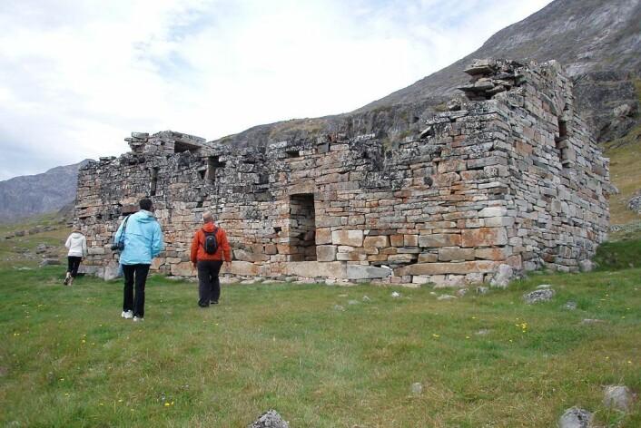 Det siste man kjenner til av norrøne folk på Grønland, er en vielse i 1408 i kirken i Hvalsey (bildet) i Austerbygd. Deretter forsvant de fra øya de hadde levd på i 500 år. (Foto: Ella Grødem, Wikimedia Commons)