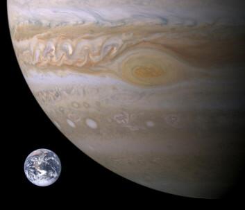 Gassgiganten Jupiter og den røde flekkens størrelse sammenliknet med jorda. (Foto: NASA)