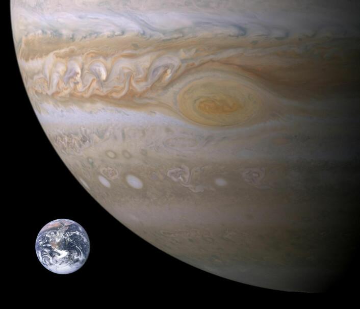 Jorda er ganske liten sammenlignet med gassgiganten Jupiter. (Foto: NASA)