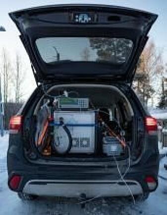 Slik ser det ut i bagasjerommet på kjemikernes lab-bil.