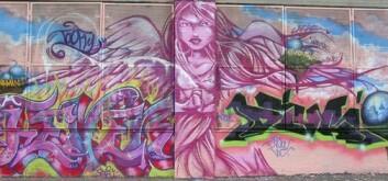 Fra Graffiti Hall of Fame i Harlem, New York. Den rosa engelen er fra en vegg som hedrer kvinnelige pionerer i graffiti, laget av noen av dagens fremste kvinnelige utøvere; TOO FLY, QUEEN ANDREA, FEVER, DIVA, MUCK, DONA og INDIE. Engelen er malt av TOO FLY. (Foto: Carl Petter Opsahl)