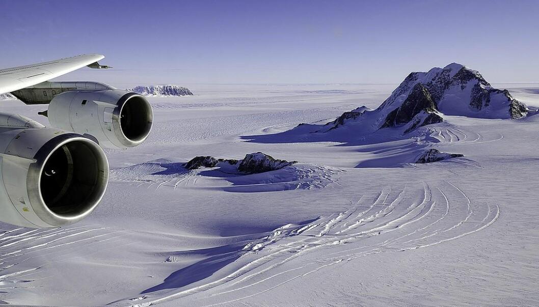 Illustrasjonsbilde: Isbreer og fjell stikker opp av isen på Marie Byrd Land, sør i Antarktis