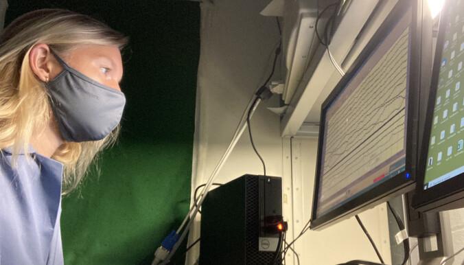 Karen Konkoly, doktorgradskandidat ved Northwestern University er på hjernesignals fra sovende personer i laben.