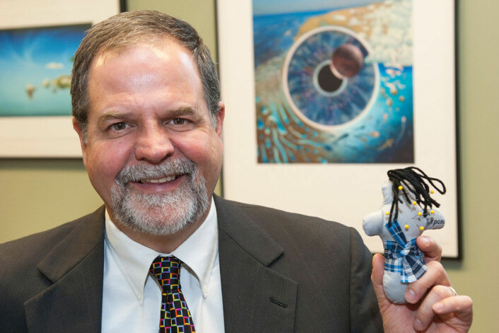 Brad Bushman, professor ved Ohio State University, holder en av voodoo-dukkene som ble brukt i forsøket. (Foto: Jo McCulty, Ohio State University)