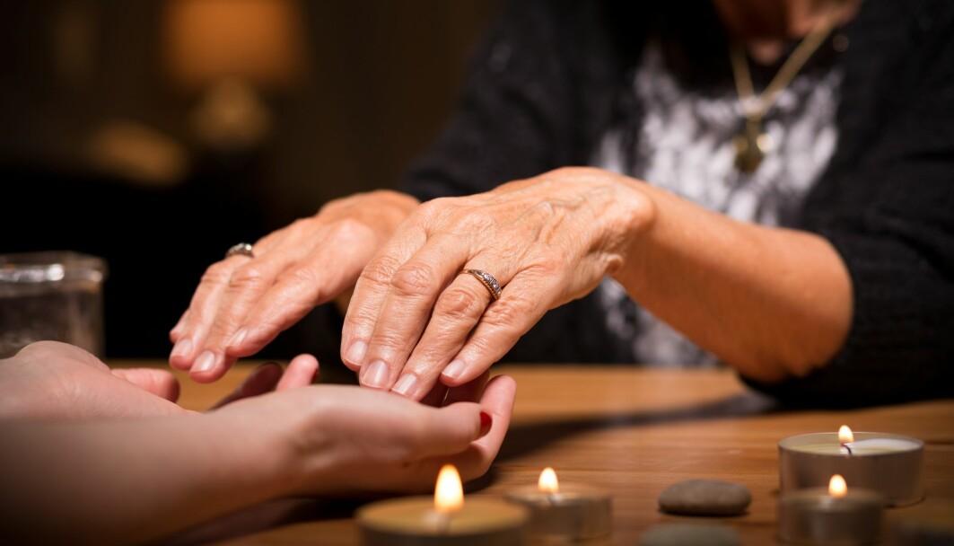 Kan tro på spiritualisme være en måte å gi mening til uforklarlige stemmer?