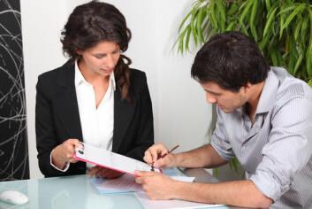 Mange kunder opplever det som overveldende når de blir møtt med krav om å skulle lage en kommunikasjonsplan. (Foto: Colourbox)