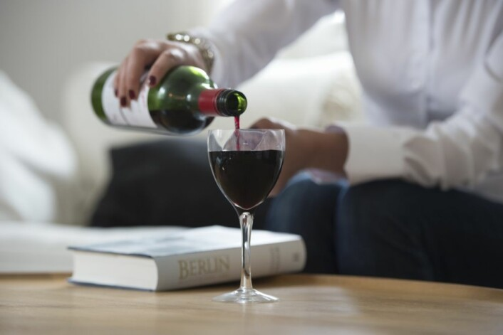 Et glass rødvin eller to kan være godt for hjertet for middelaldrene. Eldre har derimot ingen dokumentert helsegevinst av alkohol. (Foto: Colorbox)