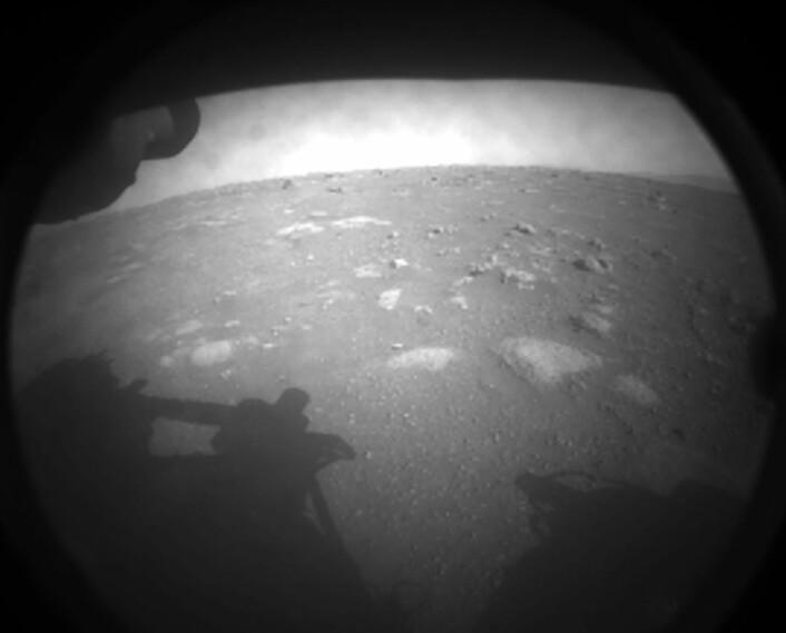 Perseverance' første glimt av Mars-overflaten, tatt 18.februar 2021.