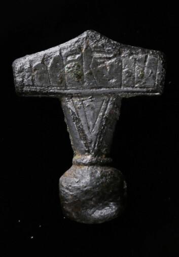 De omkring 1000 kjente torshammerne fra vikingtiden er funnet i Skandinavia, i Storbritannia, i Russland og i de baltiske landene. Hammeren fra Købelev er den første som er funnet med runeskrift. Dette er den nyfunne hammeramuletten, som er omkring 2,5 centimeter høy. (Foto: Nationalmuseet i Danmark)