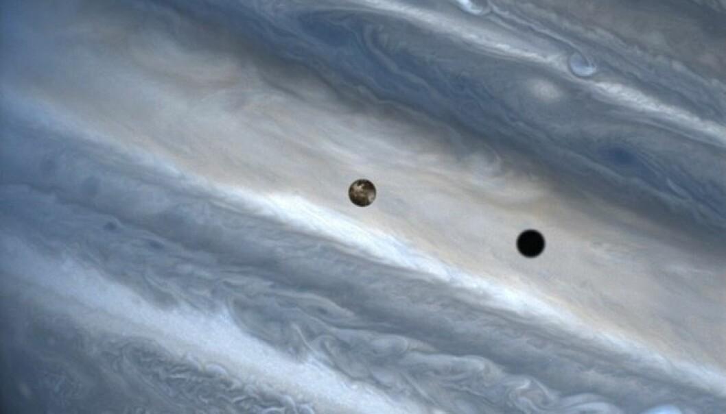 Månen Io glir foran Jupiter og kjempeplanetens stormfulle atmosfære. Klikk på bildet for større versjon. NASA