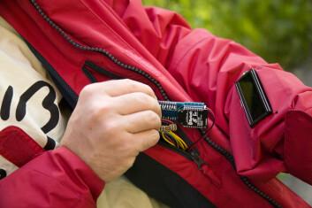 I en redningsaksjon kan man ikke stå og fikle med en mobil. Da er et display på ermet bedre. (Foto: Thor Nielsen/Sintef)