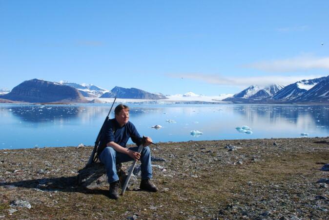 Forskar Geir Wing Gabrielsen merkar i stadig større grad at landskapet på Svalbard endrar seg i takt med varmare klima. Her er på feltarbeid i Kongsfjorden.
