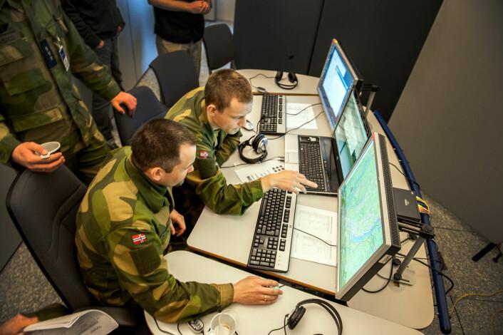 Dataskjermen er en viktig del av fremtidens krigføring, men ikke akkurat slik som vi har sett på film. (Foto: FFI)