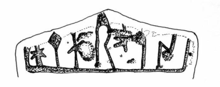 Man har glemt eller utelatt den første vokalen i ordet hammer, mens det lille krysset er et skilletegn mellom ord, forteller runeforsker Lisbeth Imer. Hun forklarer at det er snakk om helt normale runer, men s-runen er speilvendt. Det ser ikke ut til å være en veldig erfaren runerister som står bak, siden vedkommende har glemt den første vokalen i ordet hammer.