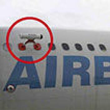 Det infrarøde kameraet er festet utenpå flykroppen. (Foto: NILU)