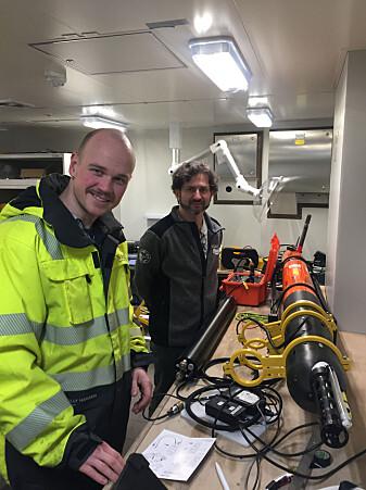 """Innleggsforfattaren (til venstre) poserer med undervassfartøyet <span class=""""italic"""" data-lab-italic_desktop=""""italic"""">Harald </span>(heilt til høgre)."""