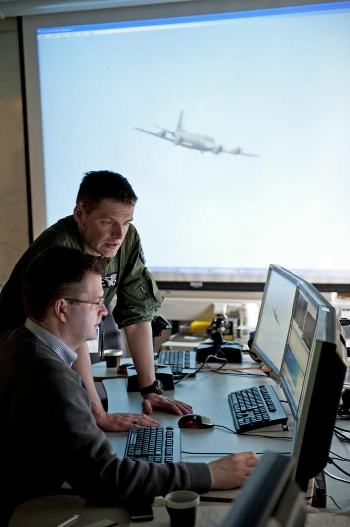 Kaptein Per Orheim i 717-skvadronen og systemutvikler Trond Lindberg fra Teleplan Globe på FFIs stridslaboratorium, «Battle Lab». (Foto: FFI)