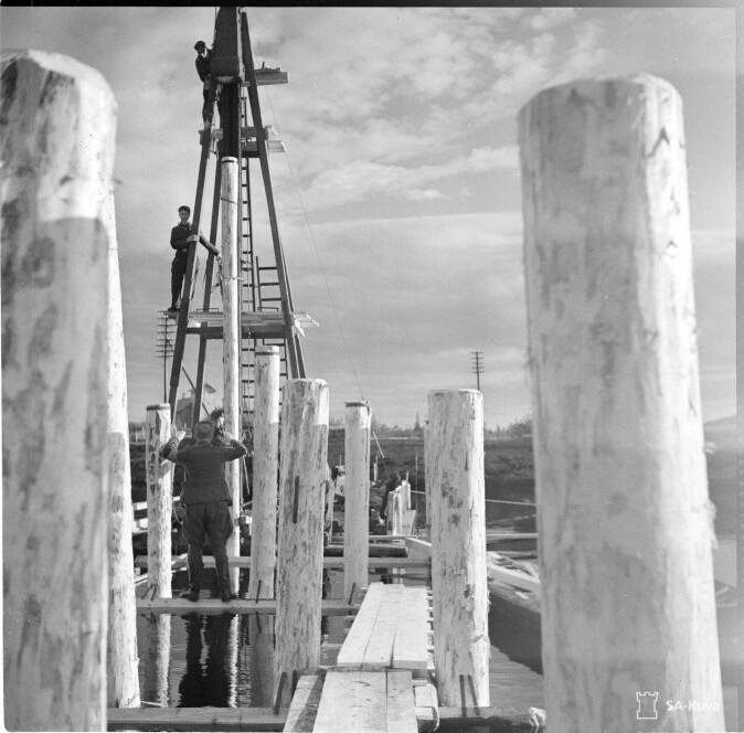 Mannskap fra Organisation Todt i gang med brobygging et sted i Nord-Finland.