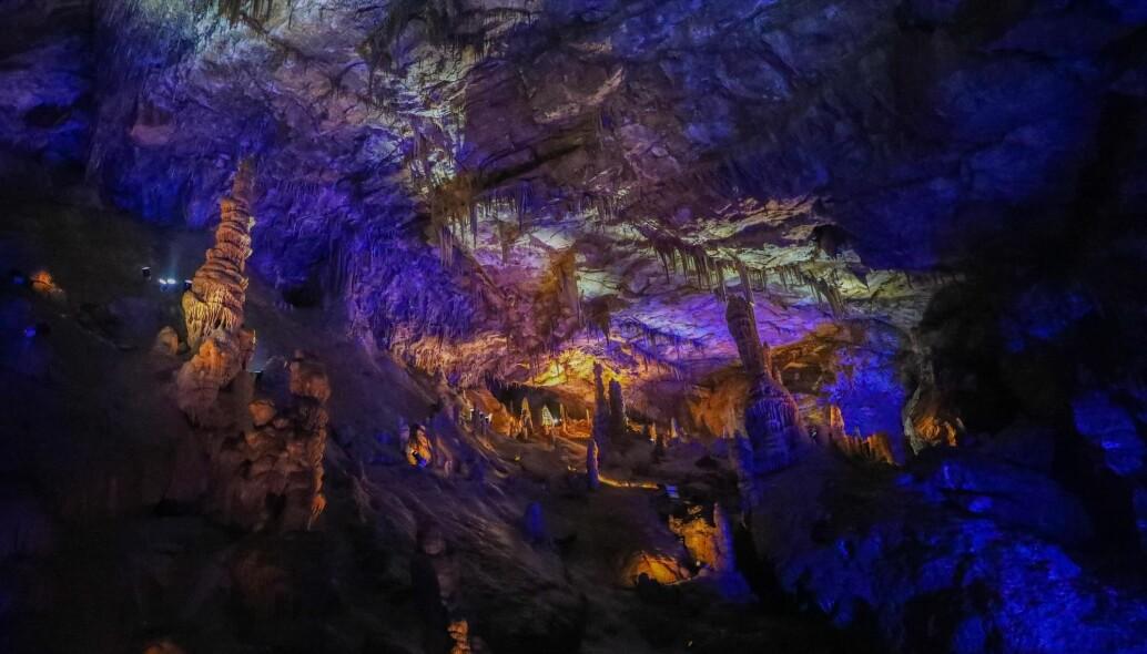 ILLUSTRASJONSBILDE: Dette er en dryppsteinshule i Kina, kalt Wanxiang i Gansu-provinsen i Kina. Dette er ikke en av hulene som er omtalt i studien, men de er også dryppsteinshuler.