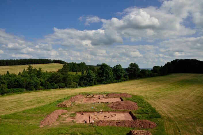Utgravningsfeltet ved Dorstone Hill, Herefordshire. Her finnes restene etter to haller som ble satt i brann for rundt 6 000 år siden. (Foto: Manchester University)