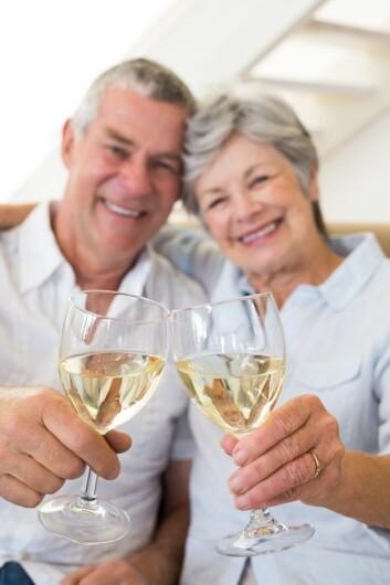 God mat og vin blir ofte presentert som oppskriften på det gode liv. Men for mange eldre blir det for mye av det gode. (Foto: Wavebreak/Scanpix)