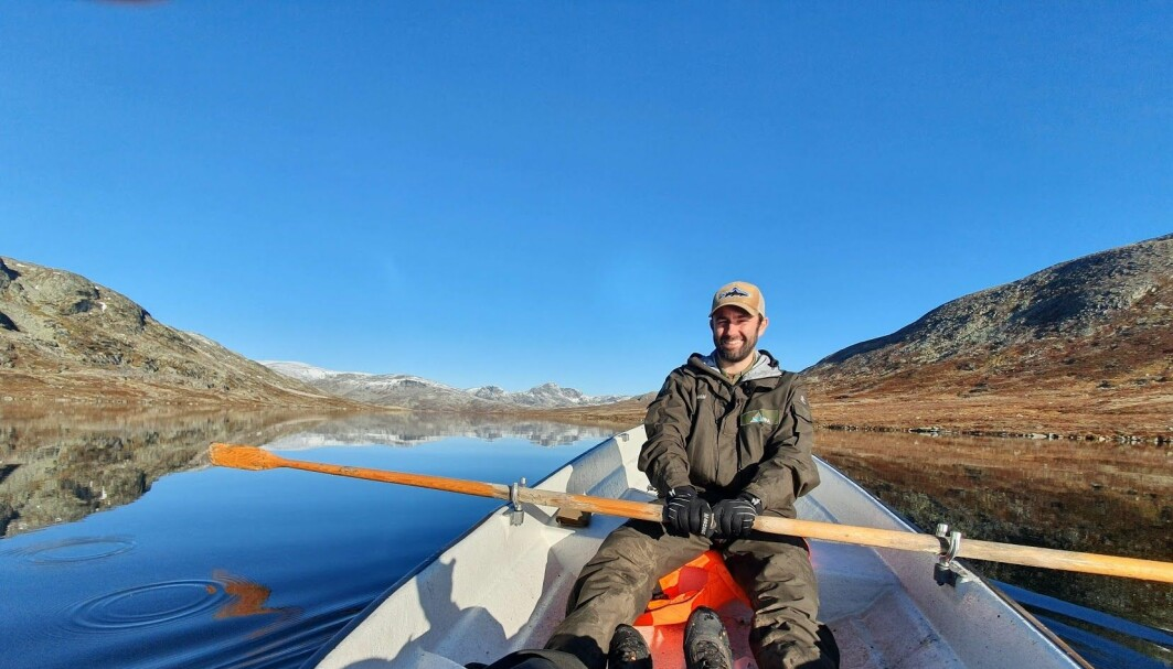 Kim Magnus Bærum ute i felt, på prøvefiske på Mjogsjøen i Lesja kommune.