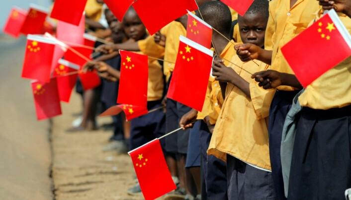 Liberianske barn holder kinesiske flagg i forbindelse med et besøk av Kinas forrige president, Hu Jintao, i Monrovia i 2007.