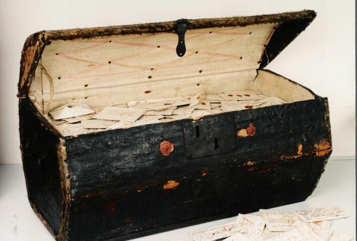 Denne kisten inneholder flere tusen uåpnede brev, og kalles Brienne-samlingen.