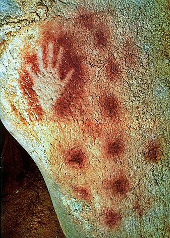 Håndavtrykk i rød oker, her fra Pech Merle-hulen i Frankriket, datert til å være 25 000 år gammelt.