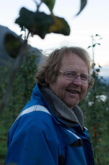 Seniorforskar Mekjell Meland arbeider med å tilpasse epledyrking til nordlige klimaforhold. (Foto: Anette Tjomsland)