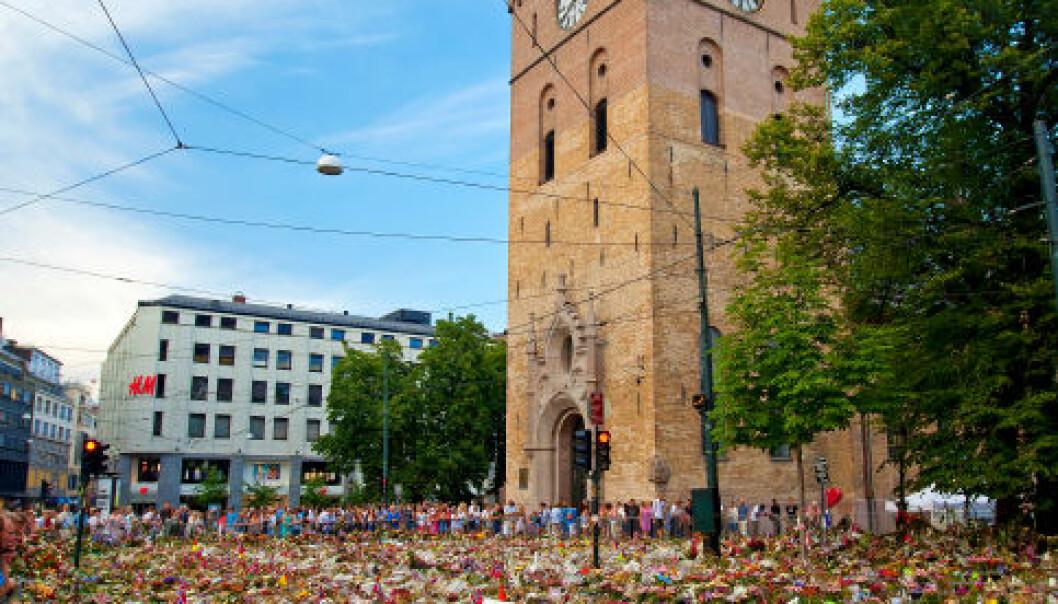 Oslo, 31. juli 2011: Ni dager etter terroren som tok 77 menneskeliv på Utøya og i regjerningskvartalet var området foran Oslo domkirke dekket av et blomsterhav. iStockphoto