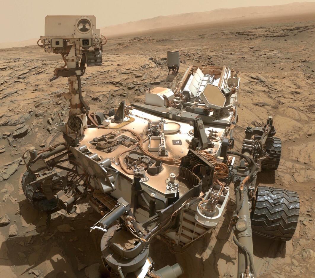 Curiosity på Mars-overflaten, dekket av Mars-støv. Dette bildet er fra 2015.