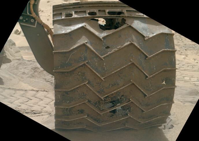 Et av hjulene, som viser skadene som skjedde. NASA klarte å jobbe seg rundt problemet, og roveren kunne fortsette.
