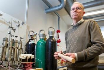Da vi begynte forskning på bruk av såpe på 1980-tallet var vi altfor tidlig ute. Norge fløt over av olje som var lett å utvinne. Nå er aktualiteten en helt annen, sier Ole Torsæter, professor i petroleumsteknologi ved NTNU. (Foto: Ole Morten Melgård/NTNU Info)