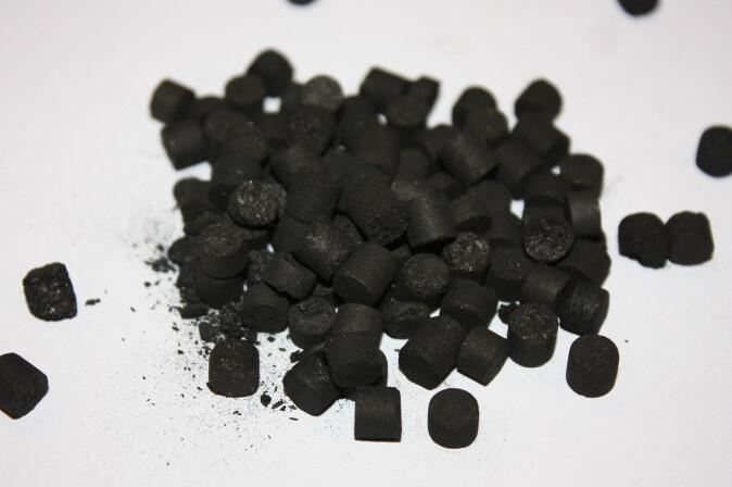 Ved å blande biokulll og pyrolyseolje får man biokull-pellets, som er mye mer solide.