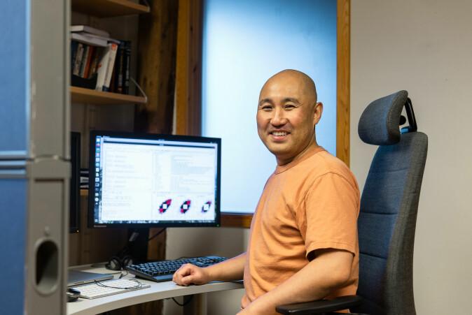 Takaya Saito har brukt bioinformatikk for å sette sammen puslespillet. Her kom det frem at et av genene som blir aktivert når det får for lite mikronæringsstoff, er genet som regulerer fettlagring.