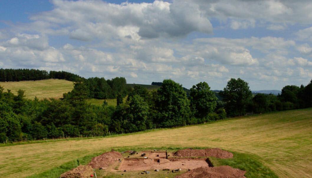 Utgravningsfeltet ved Dorstone Hill, Herefordshire. Her finnes restene etter to haller som ble satt i brann for rundt 6 000 år siden. Manchester University