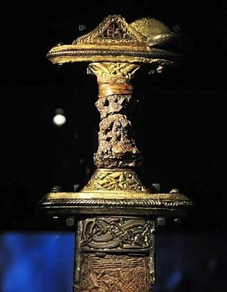 Våpnene i gravene var rikt utsmykket. Dette sverdet ble funnet i den ene av båtgravene, Valsgärde 7.